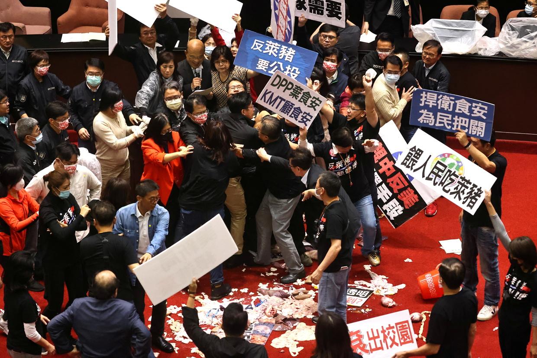 Podívejte se, jak po sobě v tchajwanském parlamentu házeli poslanci prasečími vnitřnostmi (video)