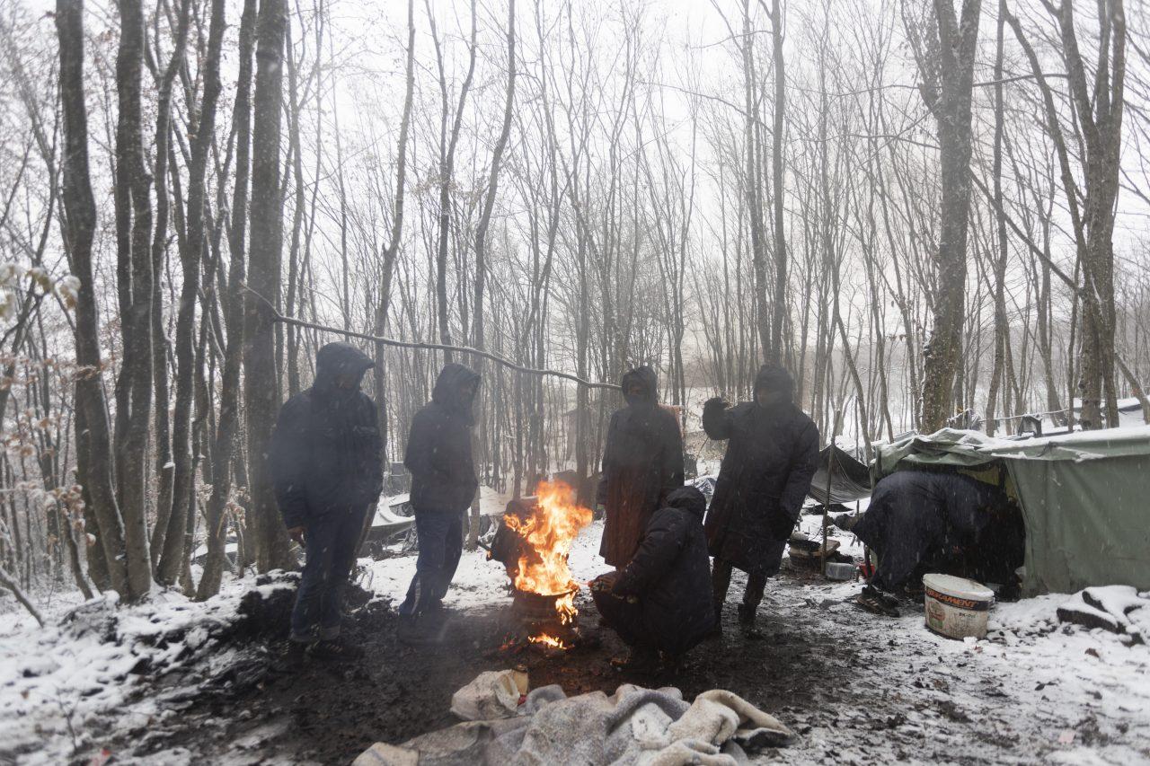 Muslimští vetřelci si sami zapálili tábor v Bosně, teď si stěžují, že je jim zima