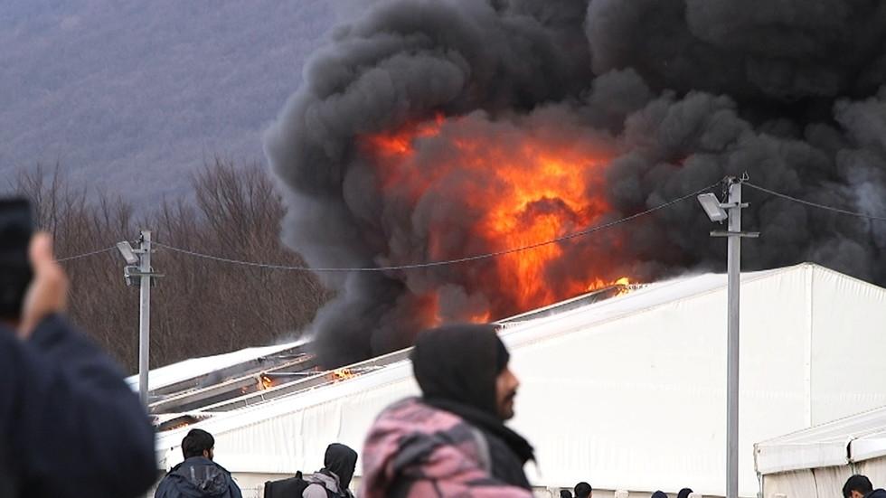 Muslimští vetřelci zapálili další tábor, tentokrát v Bosně (video)