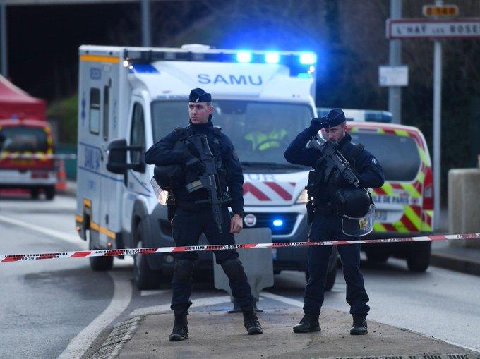 """Francie: """"Allahu akbar! Smrt policistům!"""", křičel muslim, vyzbrojený noži"""