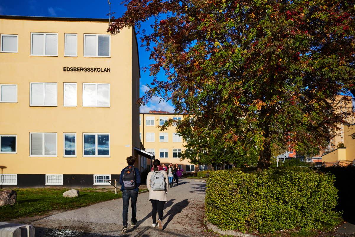 Ve Švédsku zavádí až nyní distanční výuku, ale jen pro etnické Švédy, které navíc musí učit rodiče