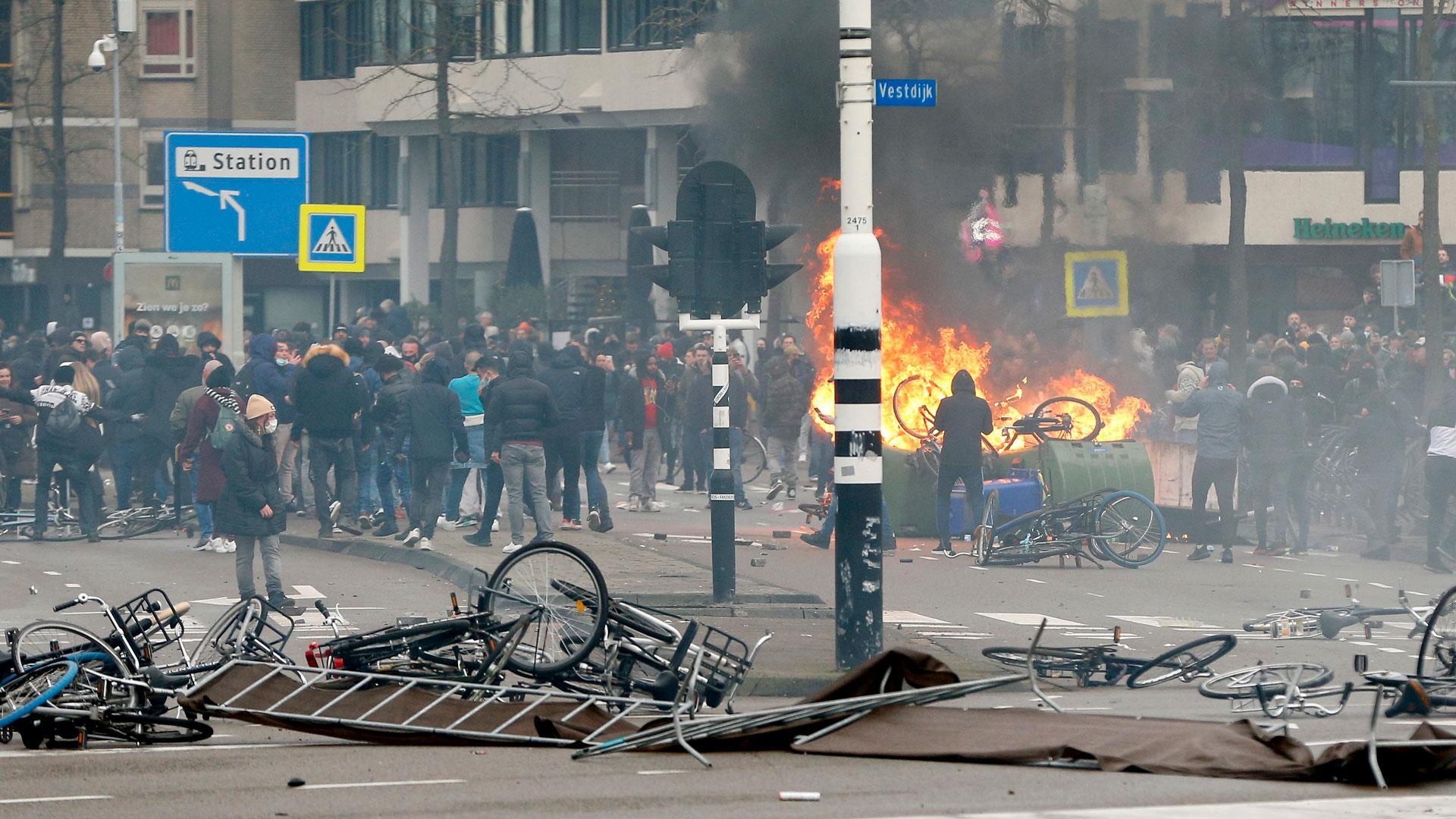 Už tři dny probíhají v Holandsku muslimské nepokoje (videa)