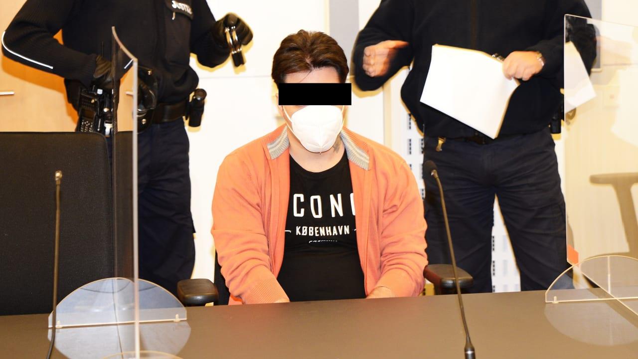 Afghánec, který je v Německu souzen za pokus o znásilnění, začal tvrdit, že uvedl špatně věk, že je nezletilý