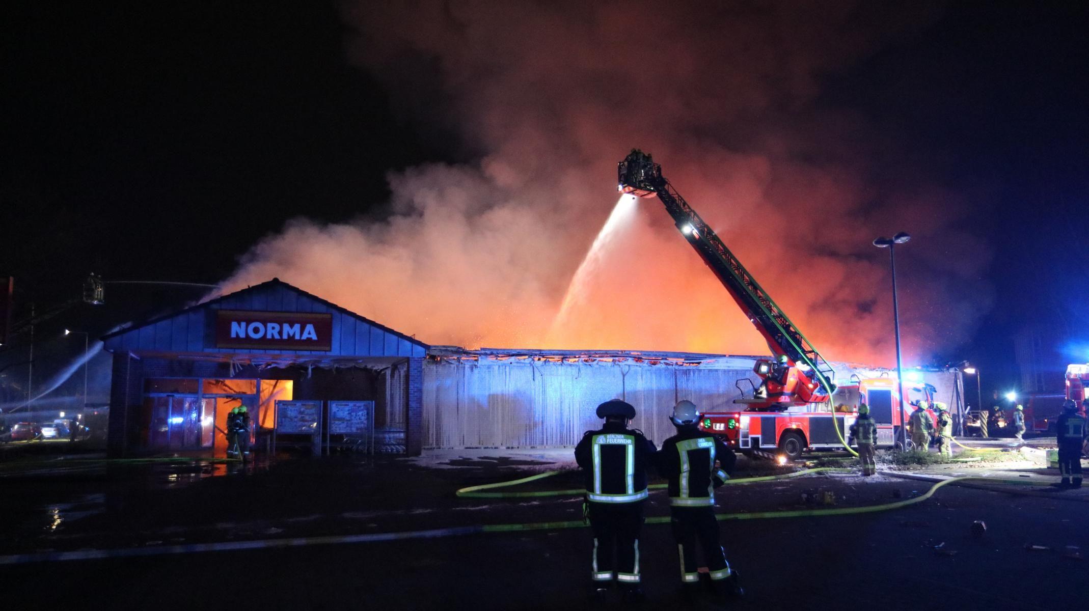 Supermarket v plamenech – také to je výsledek berlínských silvestrovských radovánek