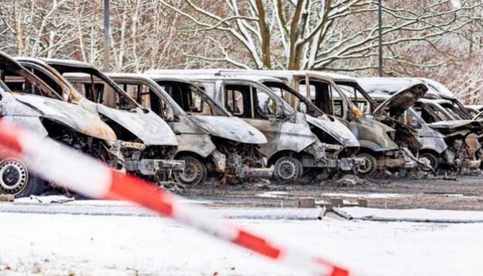 Extremisté z Antify na protest proti deportacím zapalují v Německu auta
