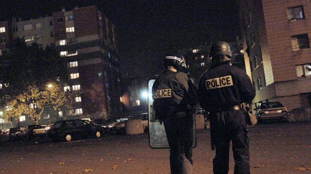 V  muslimském ghettu u Paříže zaútočili mohamedáni na policisty (video)