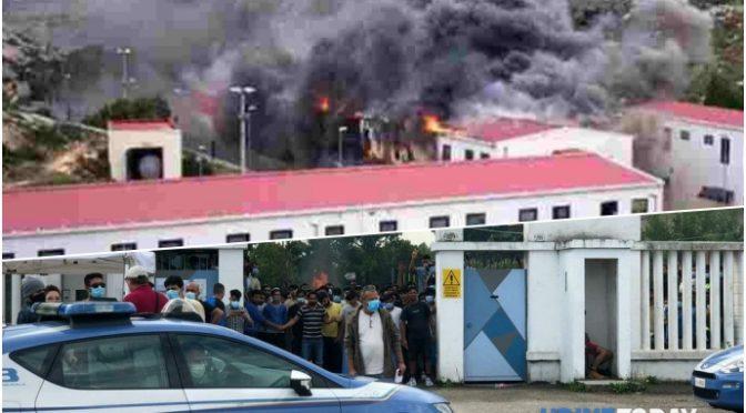 Vetřelci zapálili přijímací centrum v Itálii