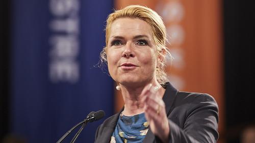 Bývalá dánská ministryně čelí obžalobě za to, že zakázala dětské sňatky