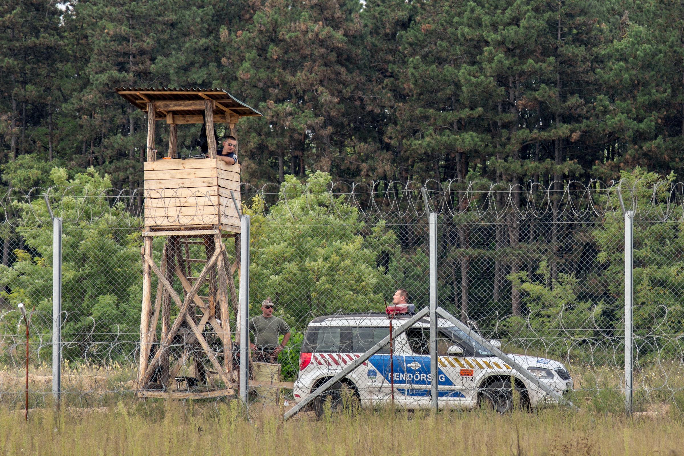 Ilegálové napadli maďarskou pohraniční policii