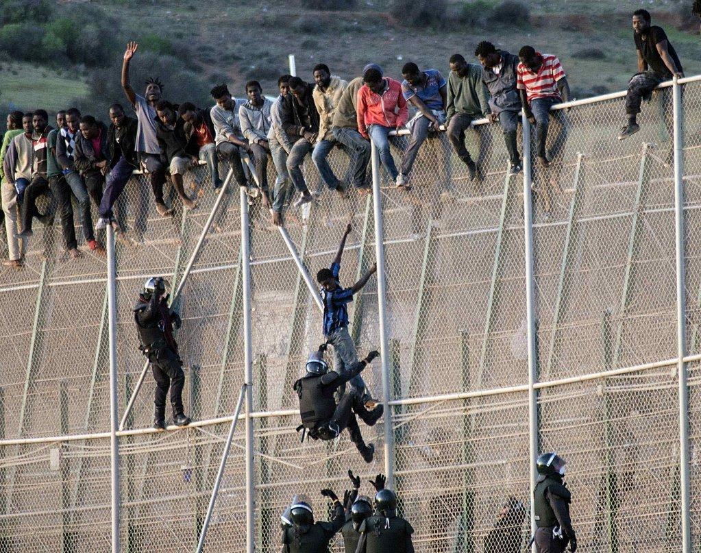 Více než 150 afrických invazistů dnes vzalo útokem hraniční přechod do španělské enklávy Melilla (video)