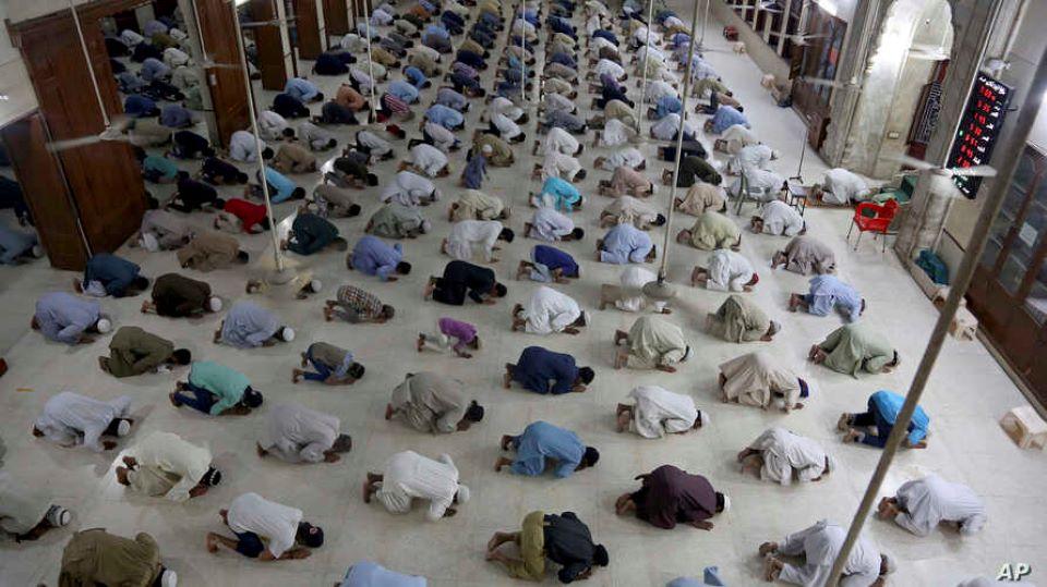 Turecká policie rozehnala modlící se muslimy v mešitě slzným plynem (video)