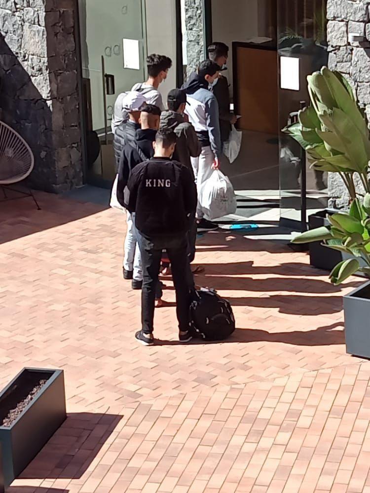 Převážně maročtí vetřelci byli ubytováni v  luxusním hotelu s bazénem (video)