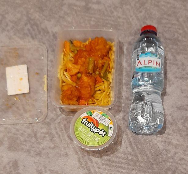 VB: Žadatelé o azyl si stěžují na nechutné jídlo zdarma, většinu vyhodí