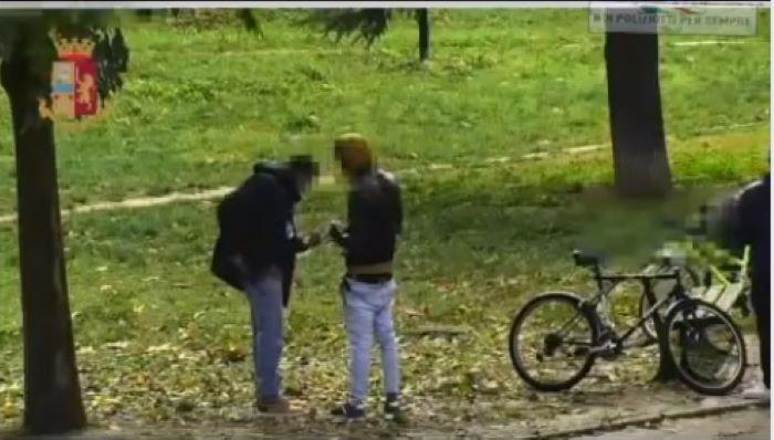 Největší park ve Florencii ovládli afričtí drogoví dealeři (video)