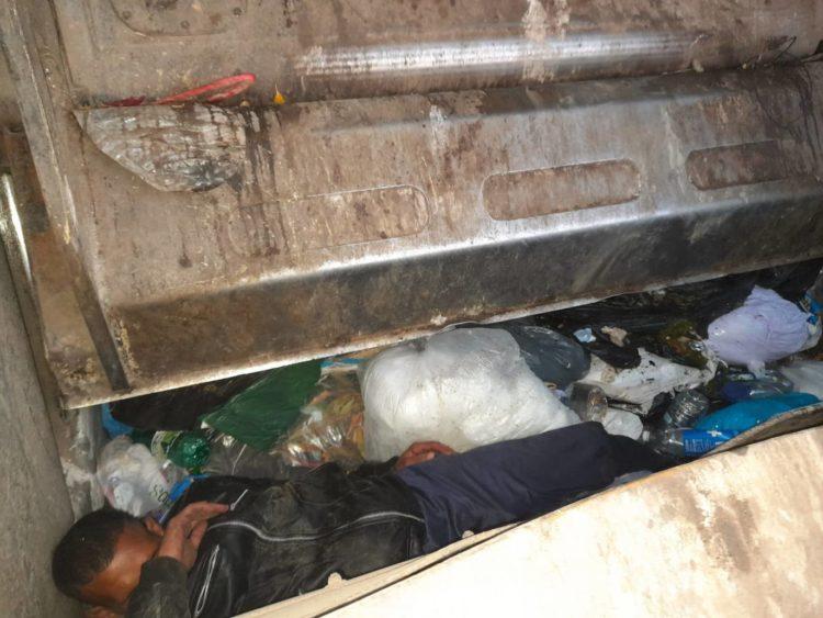 Afričan spal v kontejneru s odpadky, popeláři ho málem slisovali
