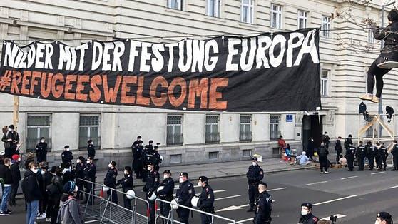 Rakousko: Antifa protestovala proti deportaci afghánských kriminálníků