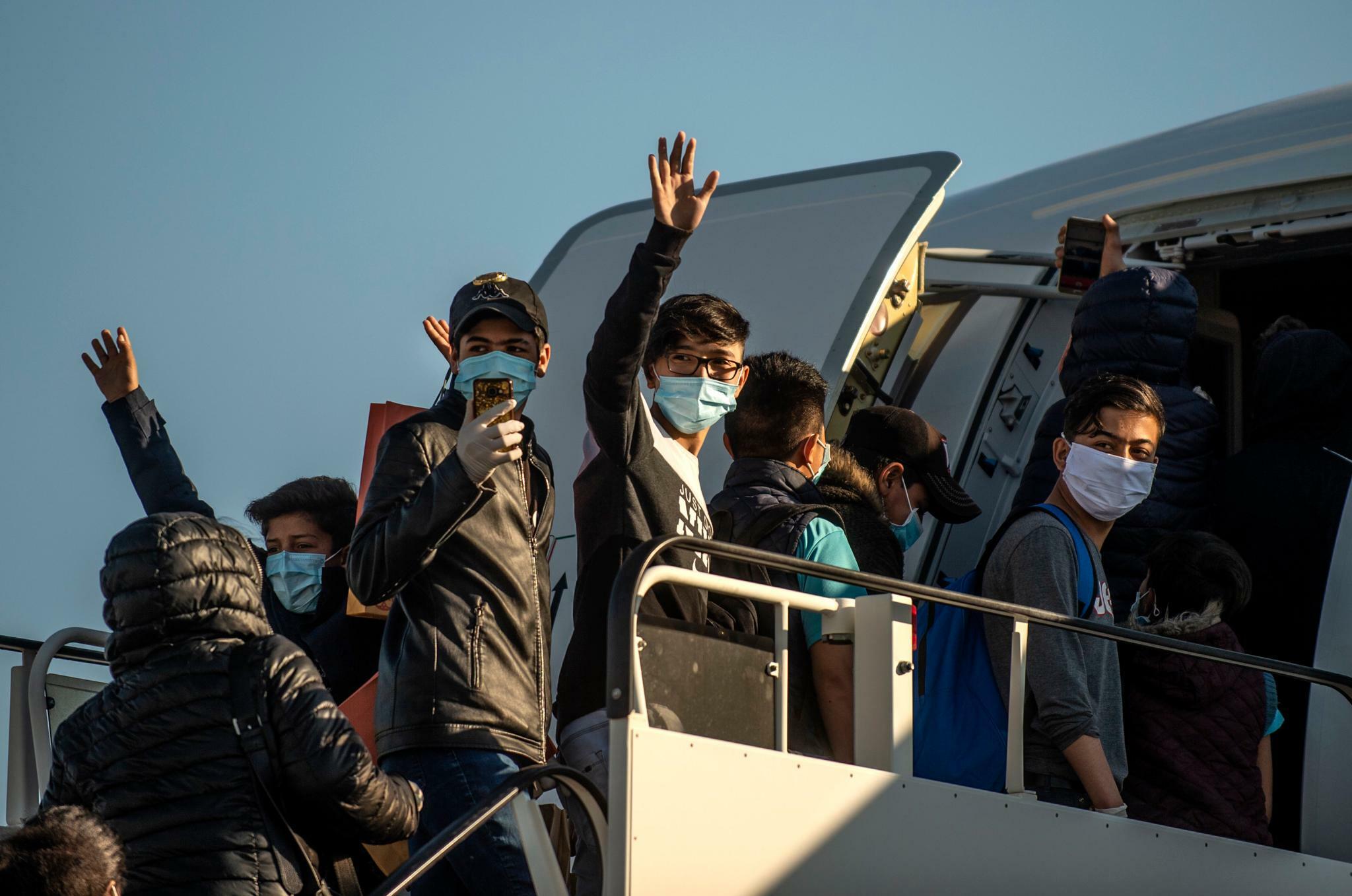 """Zatímco Němci jsou uzavřeni doma, Merkelová si přivezla další """"syrské vousaté sirotky"""""""