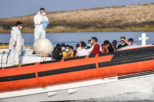 Vetřelci už ani nečekají na lodě neziskovek, u libyjských břehů se zmocnili obchodních lodí