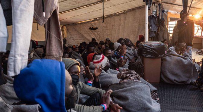 Loď německé neziskovky míří k italským břehům se 400 Afričany na palubě, dalších 500 už připlulo