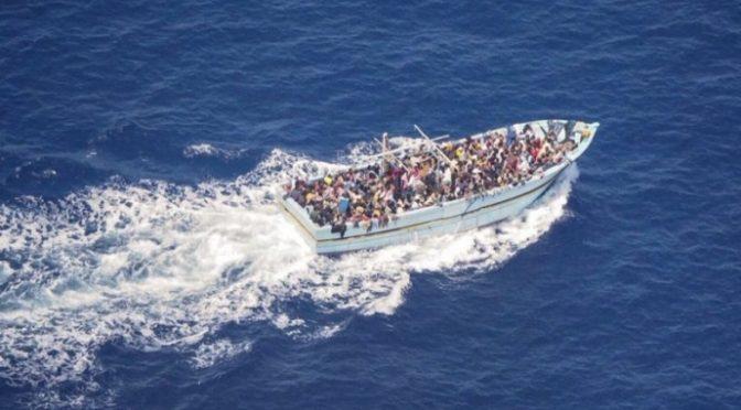 """K břehům Itálie právě míří lodě neziskovek s 650 """"Novoevropany"""" (video)"""