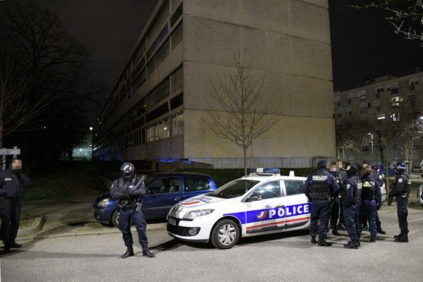 Pouliční nepokoje ve francouzských městech pokračují, hořela auta i autobus (video)