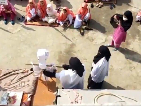 Nejen chlapci, ale i dívky se učí stínat hlavy kritikům Mohameda (video)