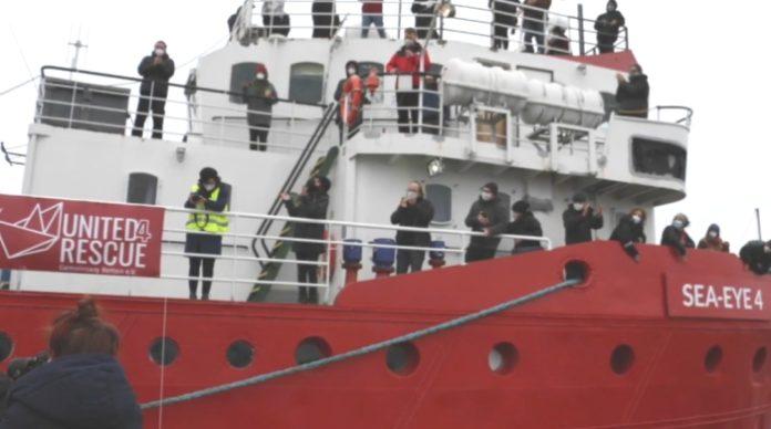 Loď německé neziskovky se 400 ilegály na palubě odmítla Malta, tak zamířila do Itálie