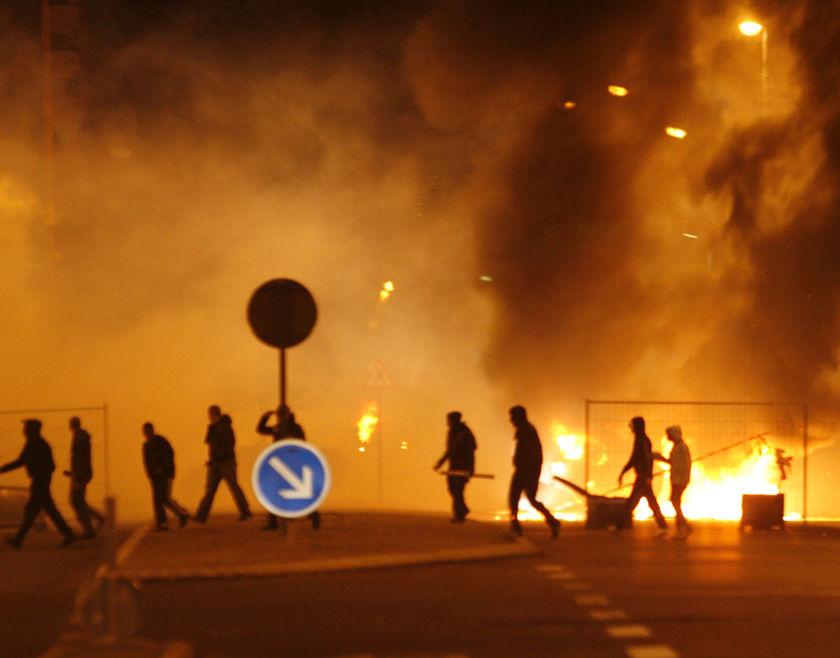 Válka ve Francii – další noci nepokojů – požáry, ničení, rabování  a jeden zastřelený vetřelec (videa)
