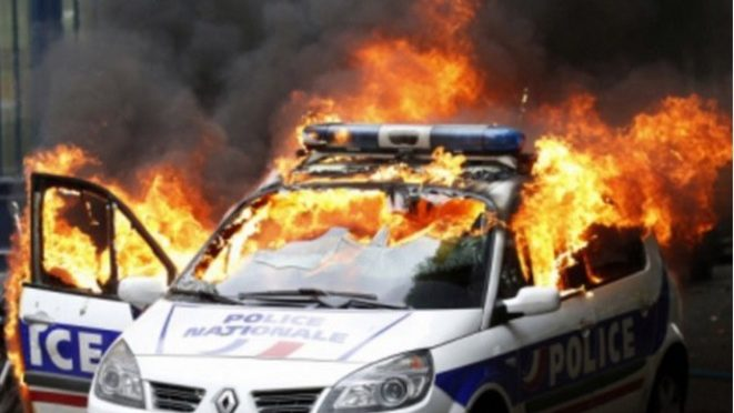 Muslimská omladina ve Francii nadále útočí, opět hořelo policejní auto (video)