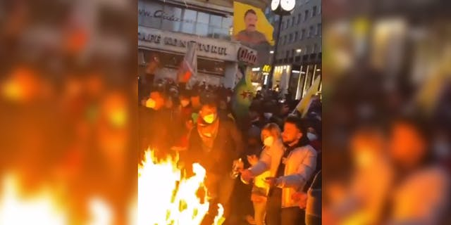 Pro muslimy ani v Rakousku lockdown neplatí, uprostřed Vídně si  nerušeně udělali táborák (videa)