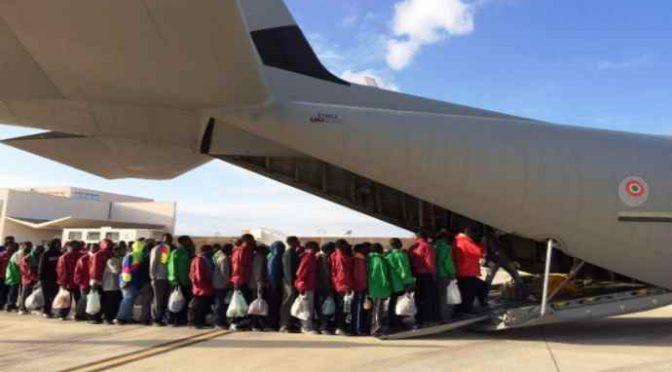 Včera vyslala Itálie do Libye první letadlo pro africké vetřelce