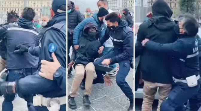 Neapol: Afričtí vetřelci napadli policisty, kteří zatkli jejich kumpány (video)