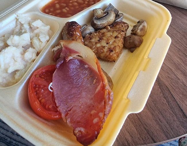 Pozdvižení v karanténním hotelu ve Velké Británii: Muslimové dostali ke snídani slaninu!