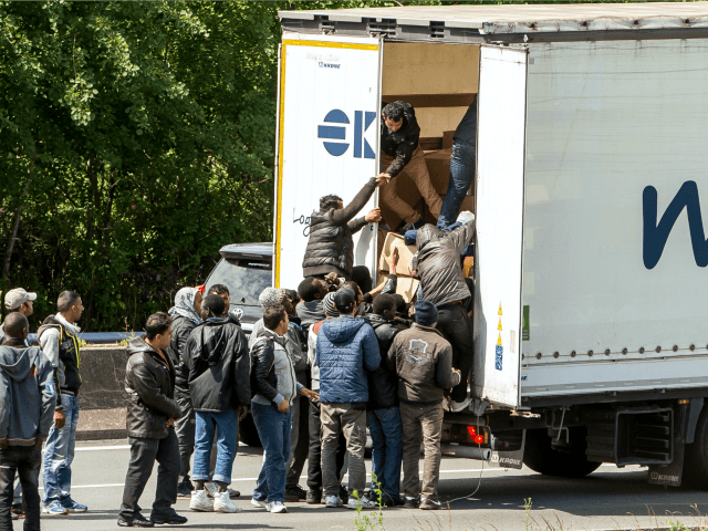 Řidič kamionu byl přepaden a zbit vetřelci, nyní byl uvězněn za to, že si na obranu zakoupil pepřový sprej
