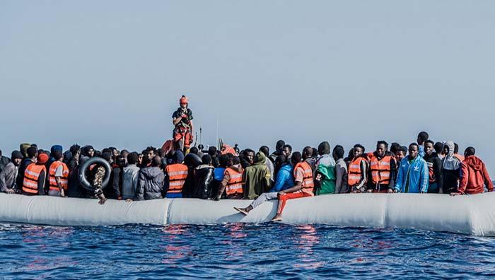 """Loď Ocean Viking včera u libyjských břehů vylovila celkem 236 """"Novoevropanů"""" ze 2 gumových člunů"""