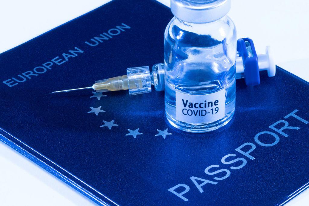 WHO: Požadavek na očkovací pasy zřejmě padne, zastavil by přísun ilegálů do Evropy či USA