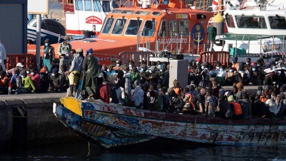 Na přeplněných Kanárských ostrovech došlo opět k potyčkám mezi invazisty, 10 Afričanů bylo zatčeno (video)