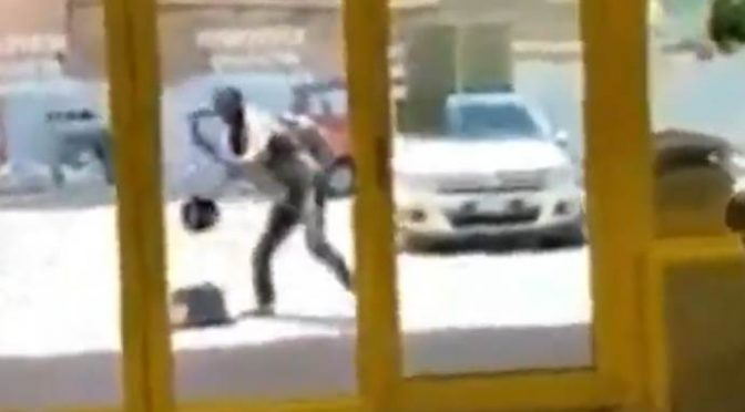 Itálie: Afričan útočil kameny na supermarket, zákazníci i personál se ve strachu zabarikádovali uvnitř (video)