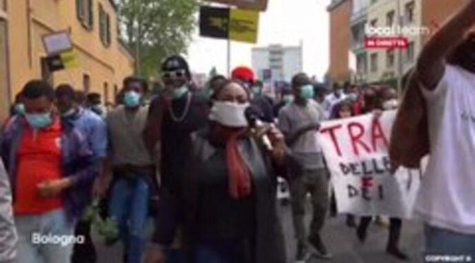 """Afričané demonstrují v italské Boloni: """"Dejte nám své domy!"""" (video)"""