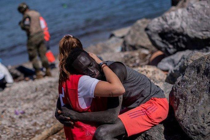 """Sluníčkářka, která objímala Senegalce na pláži říká: """"Zaslouží si víc, než objetí"""". (video)"""