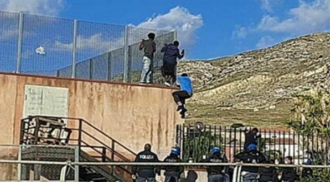 Itálie: Afričtí údajně nakažení nezletilci uprchli z karanténního hotelu, dva si zlomili nohu