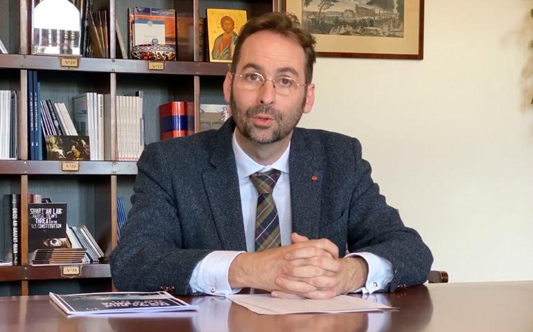 Také francouzský ústavní právník potvrzuje, že Francie míří do občanské války