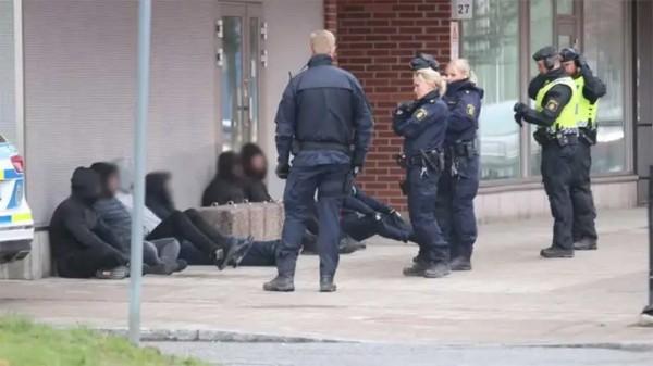 Okresní soud ve švédské Attundě byl napaden dvacetičlenným muslimským gangem