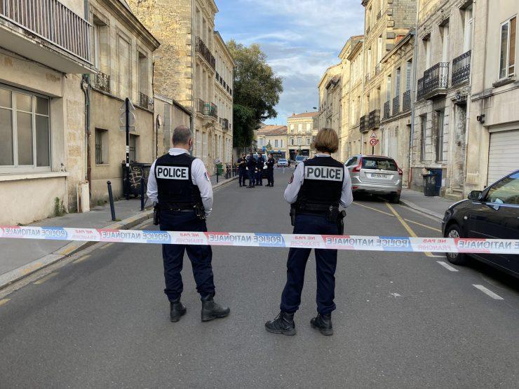 """Francie: Za pokřiku: """"Allahu akbar, nevěřící!"""" se vrhla muslimka s nožem na policistu, jeho kolega ji střelil do hlavy"""