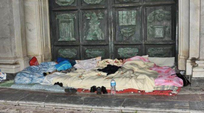 Podívejte se, jak se mohamedáni modlí v prostorách kostela, zatímco italské rodiny s dětmi spí na ulici (video)