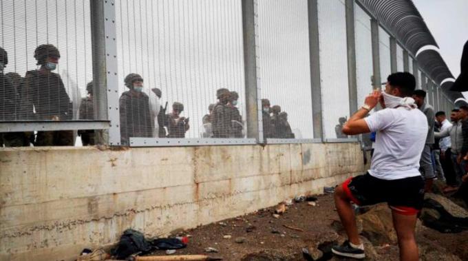 Do Ceuty údajně vstoupilo od pondělí asi 9 tisíc ilegálů (videa)