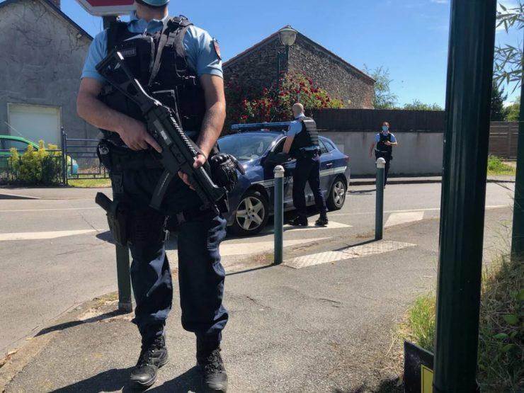 Francie: Na policejní stanici dnes vtrhl nebezpečný útočník, pobodal a těžce zranil policistku a ukradl jí zbraň