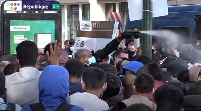 """Chceme byty,"" demonstrovali ilegálové za pomocí neziskovek v Paříži (video)"