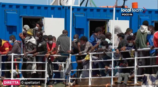 Dnes přistála v Itálii další loď neziskovky, plná údajných dětí (video, fotky)
