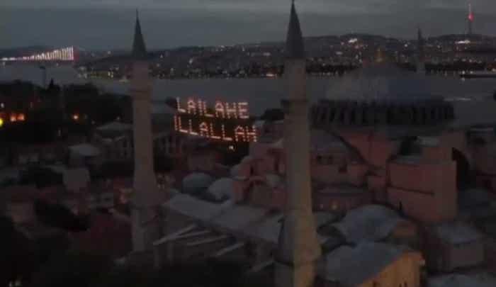 """Na chrámu Hagia Sofia, který nechal Erdogan konvertovat na mešitu, se objevil velký nápis: """"Není boha kromě Alláha"""""""
